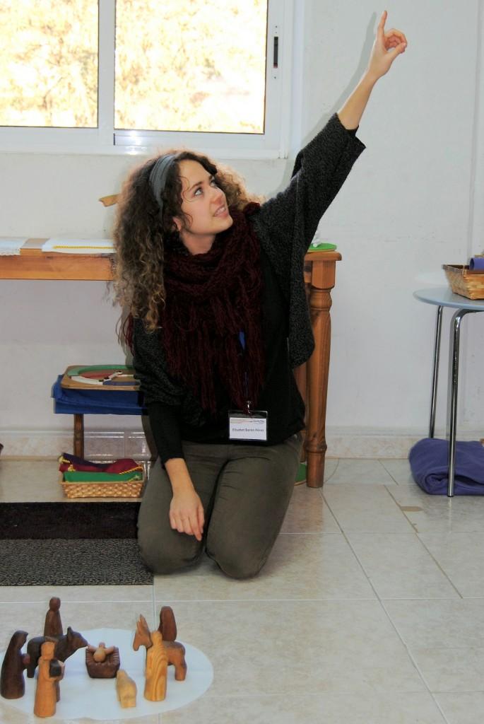 Elisabet Barón cuenta la historia de la Sagrada Familia en un curso de Godly Play